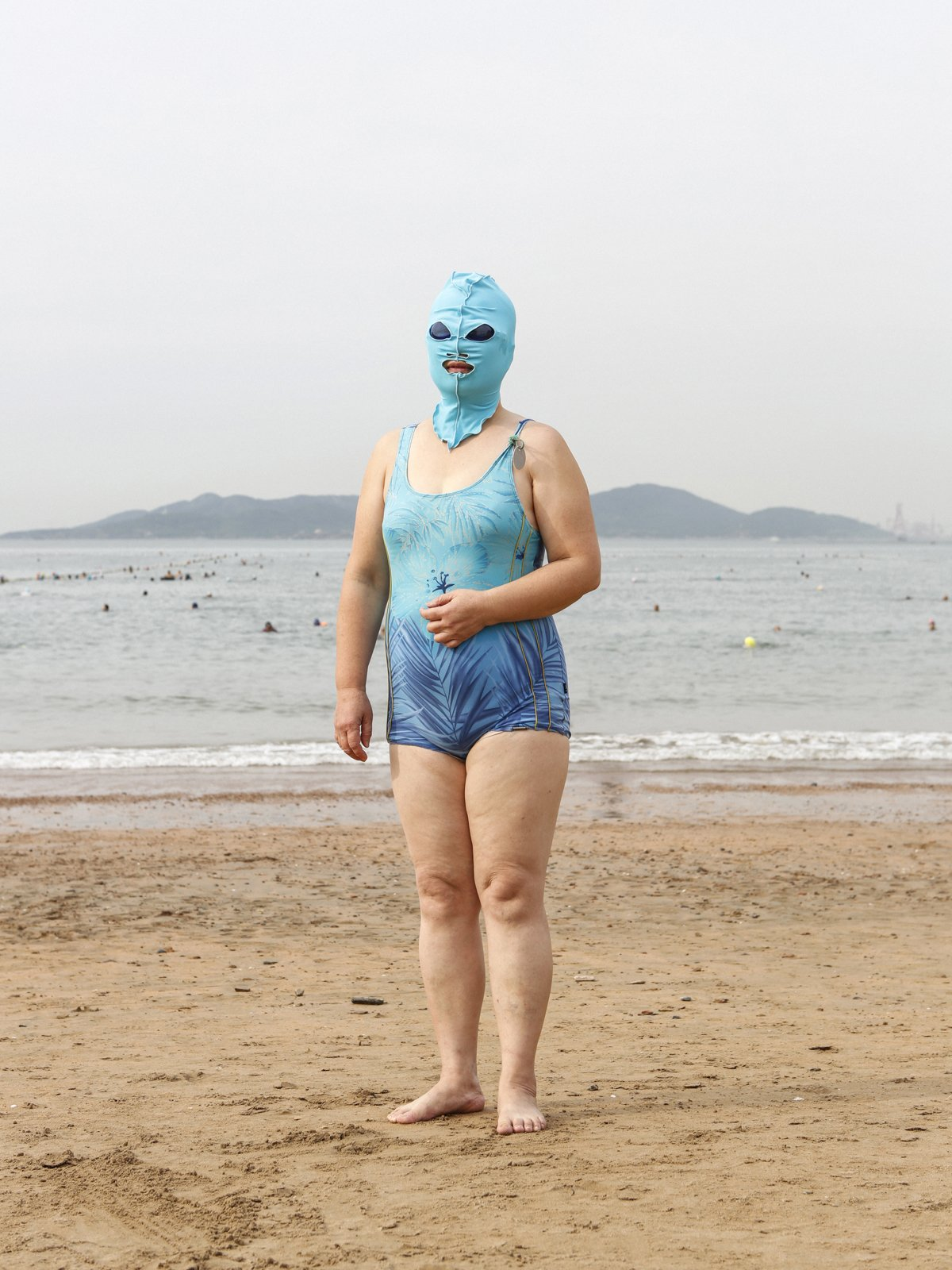 As máscaras faciais usadas nas praias chinesas 06