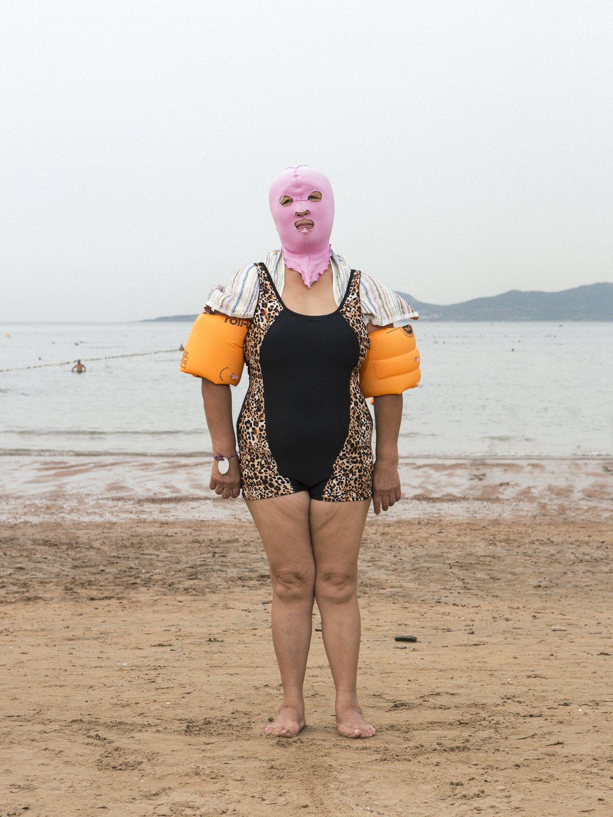 As máscaras faciais usadas nas praias chinesas 07