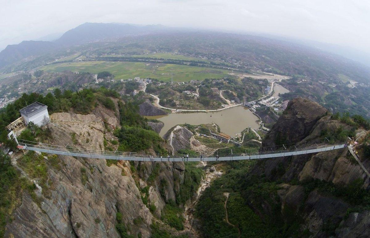 A ponte mais aterrorizante da China: 300 metros de aço e vidro transparente 01