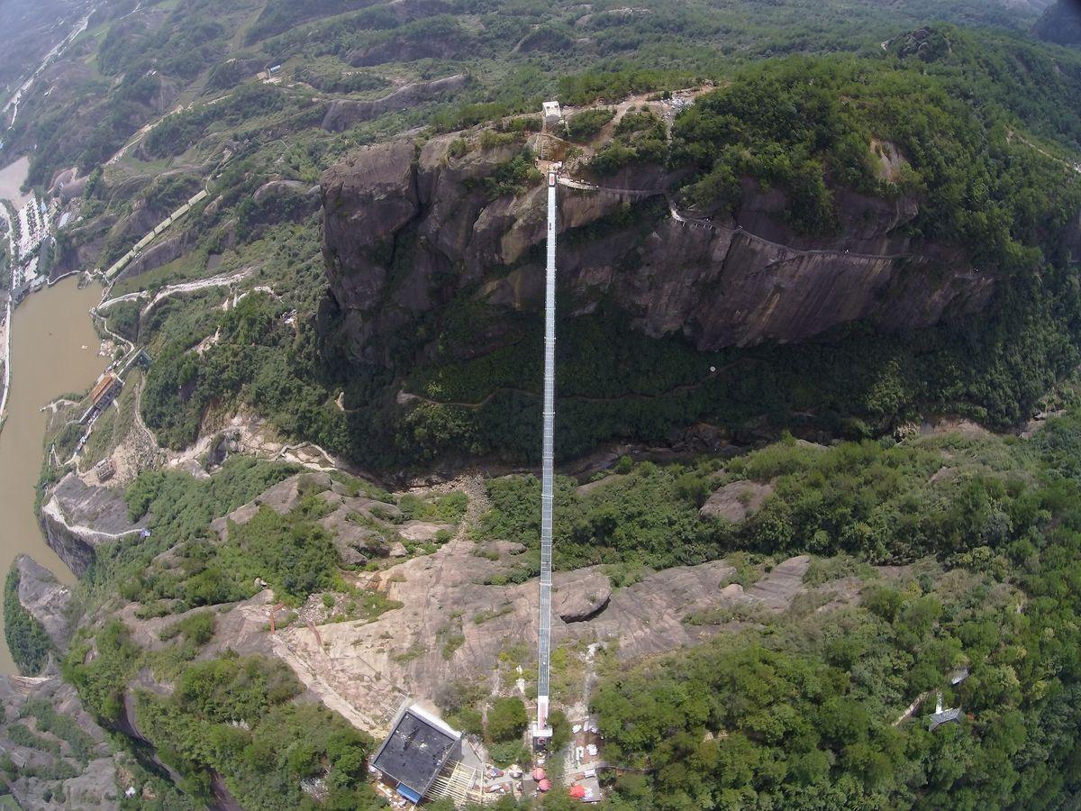A ponte mais aterrorizante da China: 300 metros de aço e vidro transparente 02