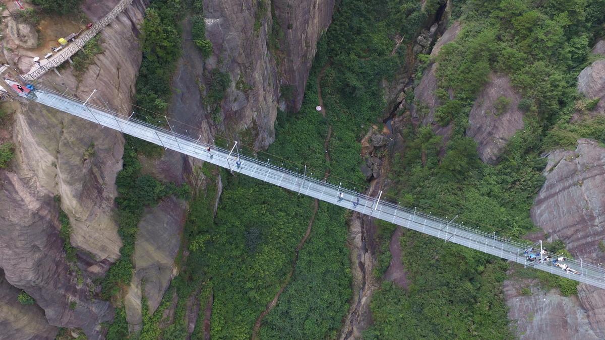 A ponte mais aterrorizante da China: 300 metros de aço e vidro transparente 04