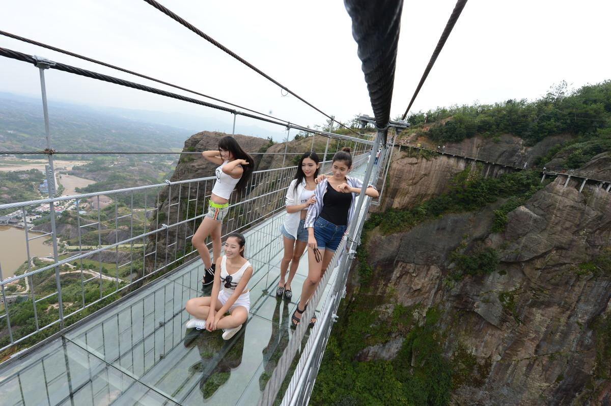 A ponte mais aterrorizante da China: 300 metros de aço e vidro transparente 06