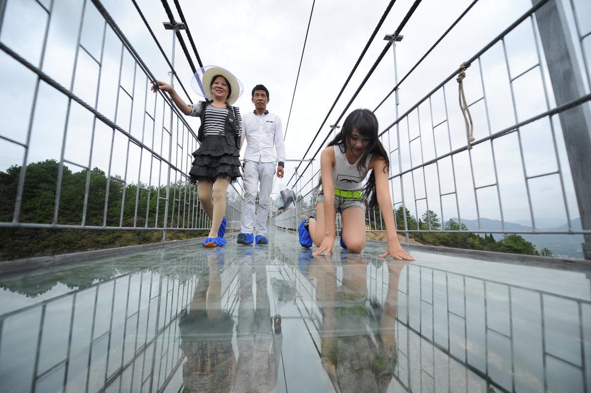 A ponte mais aterrorizante da China: 300 metros de aço e vidro transparente