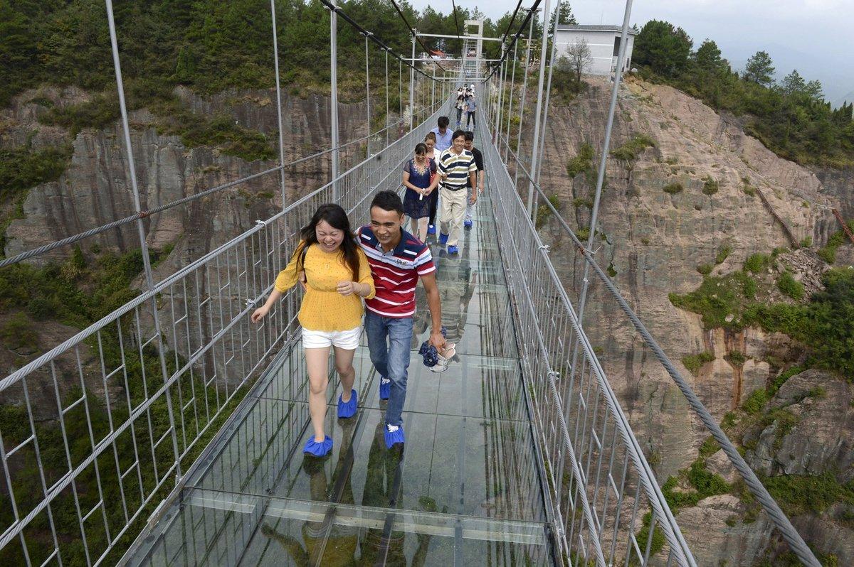 A ponte mais aterrorizante da China: 300 metros de aço e vidro transparente 12