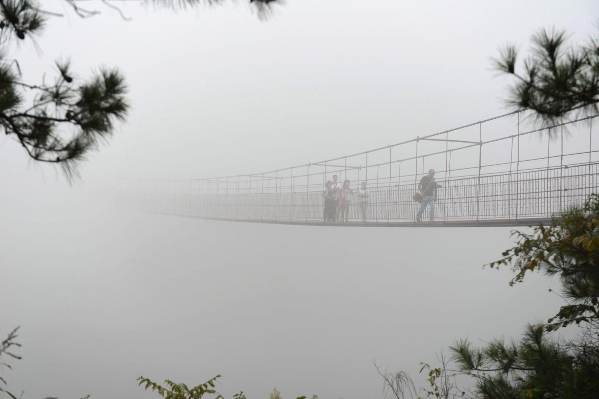 A ponte mais aterrorizante da China: 300 metros de aço e vidro transparente 13