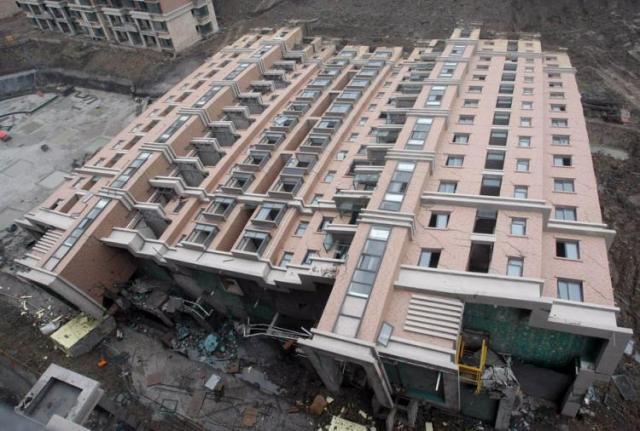 Curiosa queda de um prédio na China