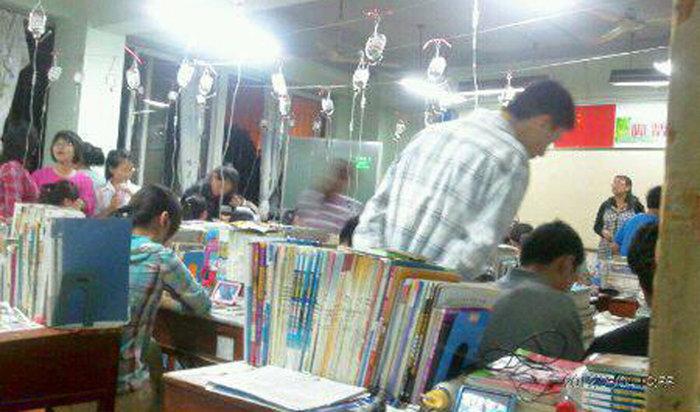 Estudantes chineses tomando soro na preparação para o vestibular