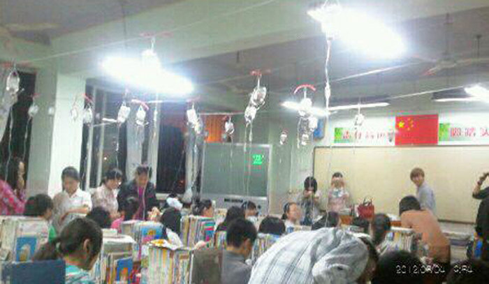 Estudantes chineses tomando soro na prepara��o para o vestibular