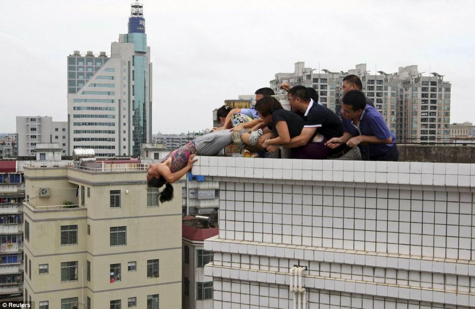 Mulher é resgatada do suícidio e vai direto para o pelotão de fuzilamente na China 02