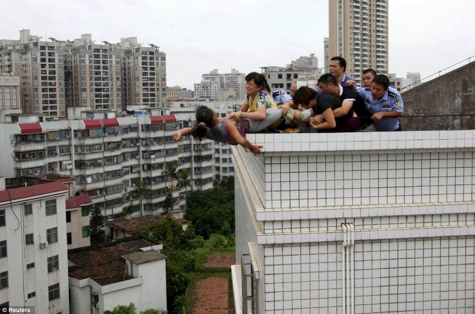 Mulher é resgatada do suícidio e vai direto para o pelotão de fuzilamente na China 03