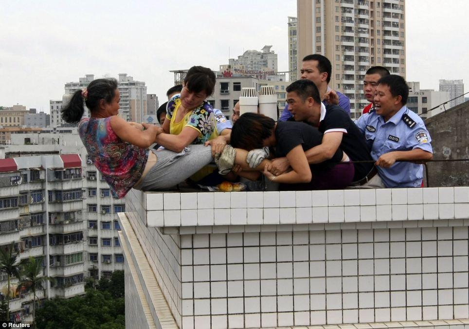 Mulher é resgatada do suícidio e vai direto para o pelotão de fuzilamente na China 04
