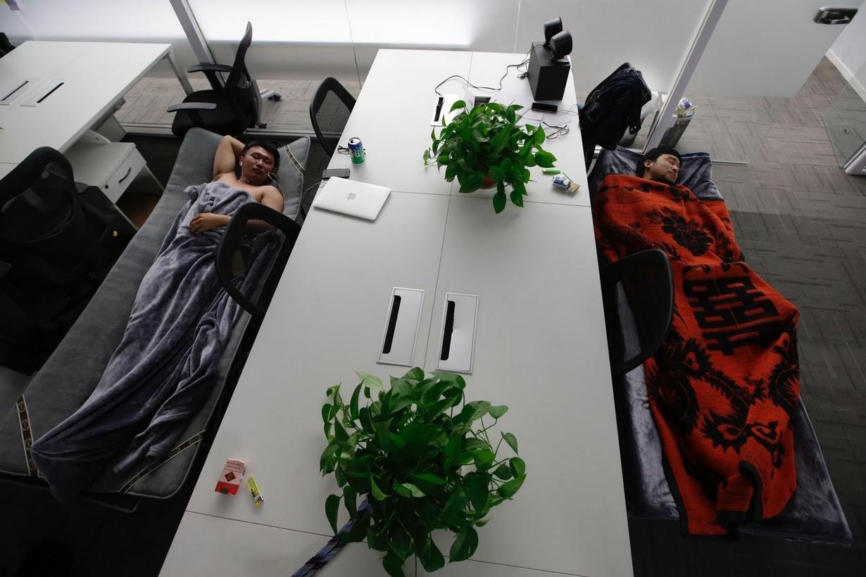 Os viciados em trabalho chineses comem e dormem em seus escritórios 01
