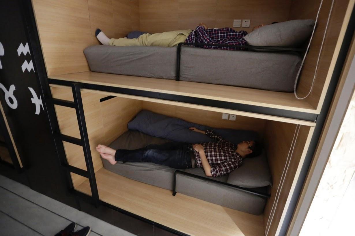 Os viciados em trabalho chineses comem e dormem em seus escritórios 02
