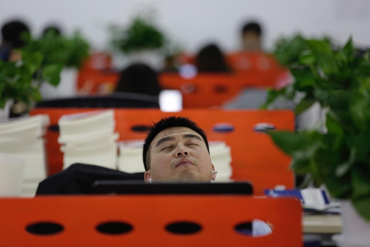 Os viciados em trabalho chineses comem e dormem em seus escritórios 03