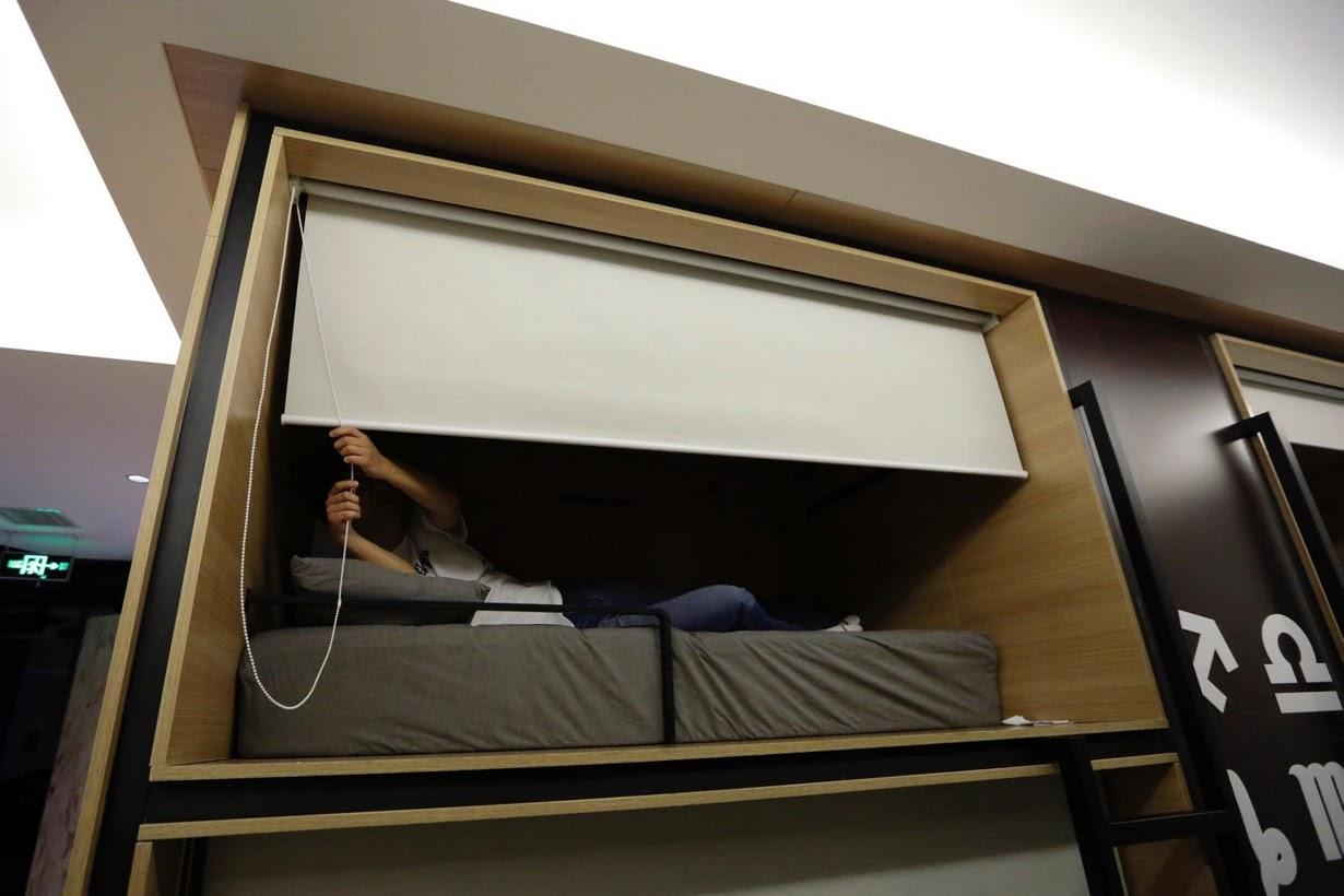 Os viciados em trabalho chineses comem e dormem em seus escritórios 05