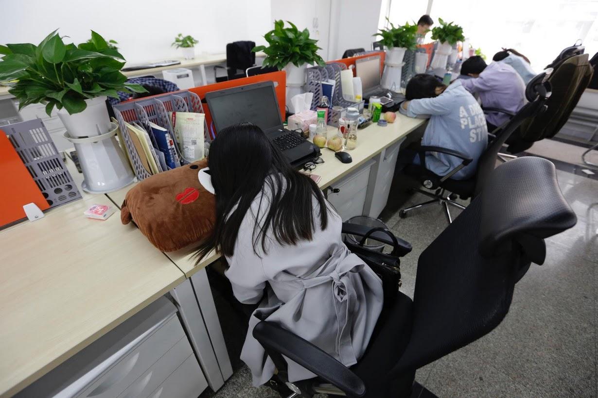 Os viciados em trabalho chineses comem e dormem em seus escritórios 06