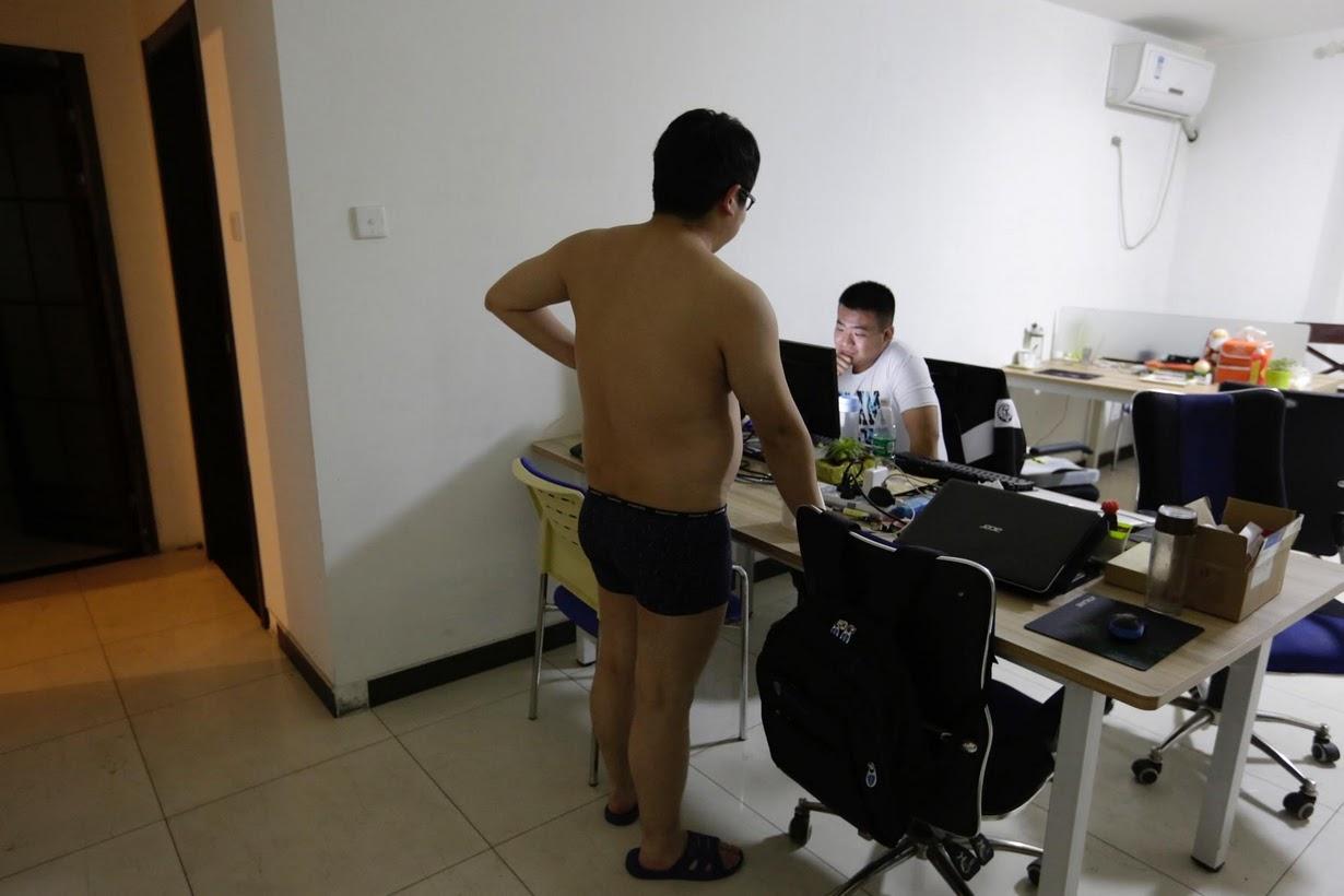 Os viciados em trabalho chineses comem e dormem em seus escritórios 07