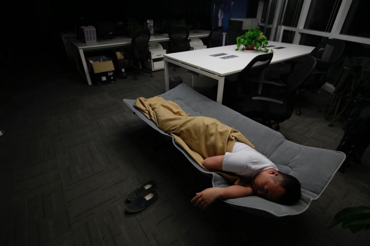 Os viciados em trabalho chineses comem e dormem em seus escritórios 08