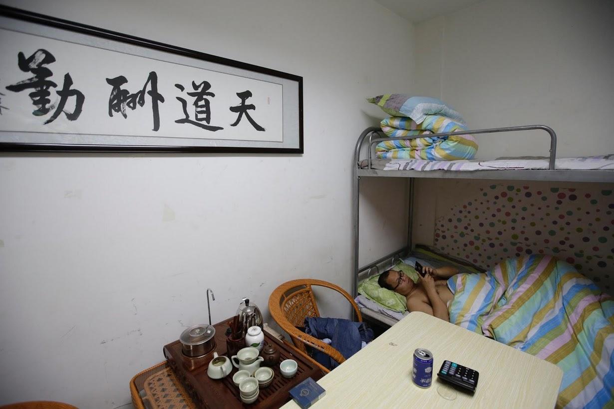 Os viciados em trabalho chineses comem e dormem em seus escritórios 09