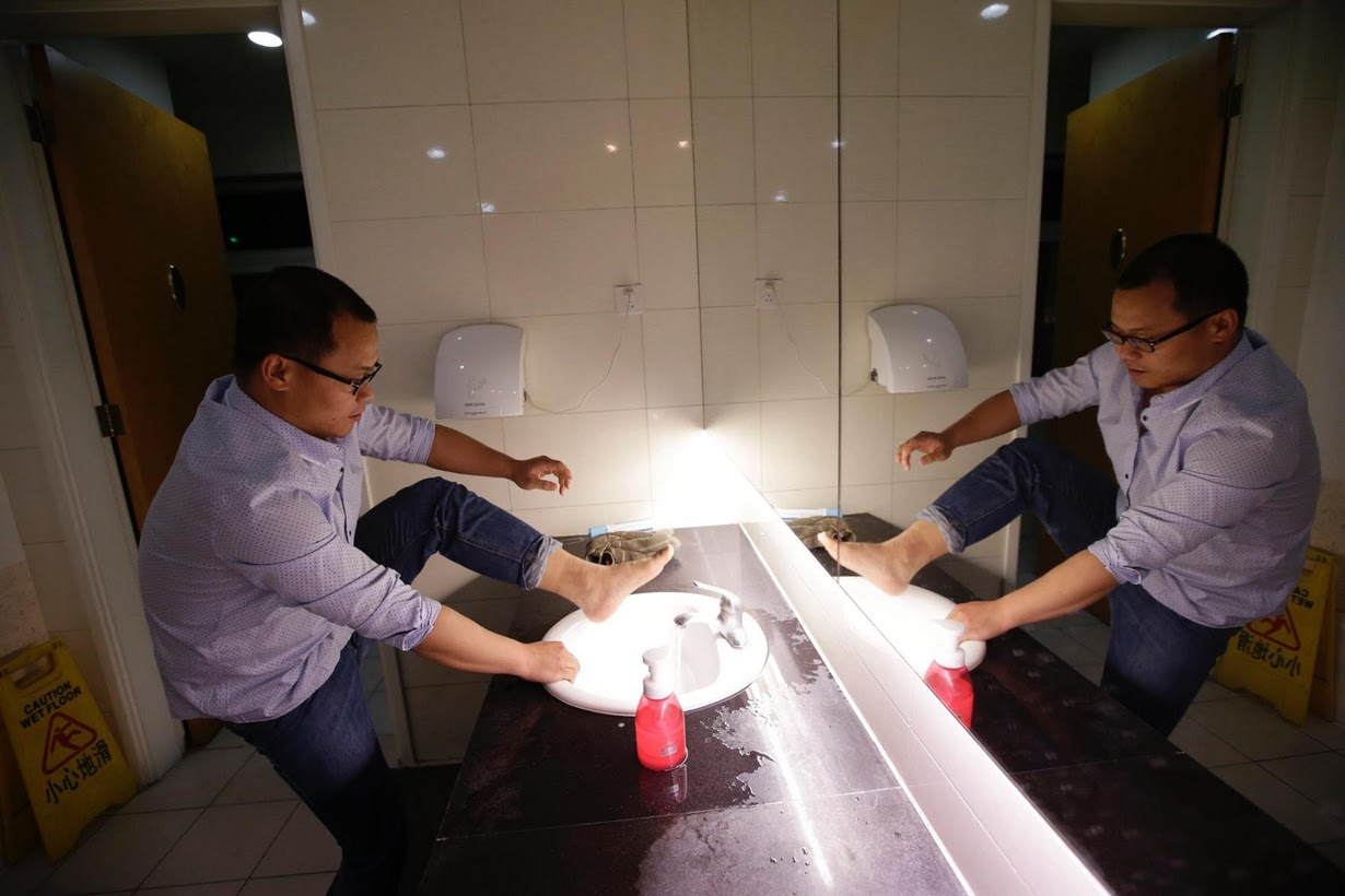 Os viciados em trabalho chineses comem e dormem em seus escritórios 10