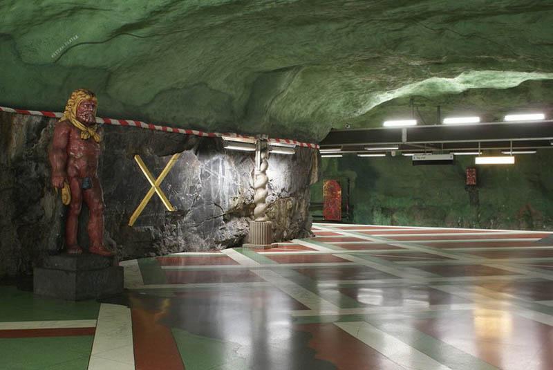 Metrô de Estocolmo: a galeria de arte mais longa do mundo 09