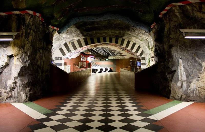 Metrô de Estocolmo: a galeria de arte mais longa do mundo 17