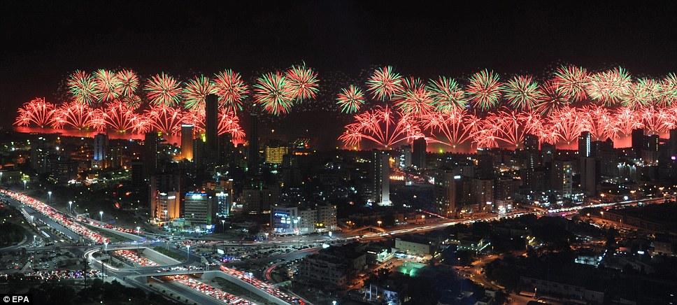 Kuwait celebra jubileu de ouro gastando 32 milhões de reais só em fogos 01