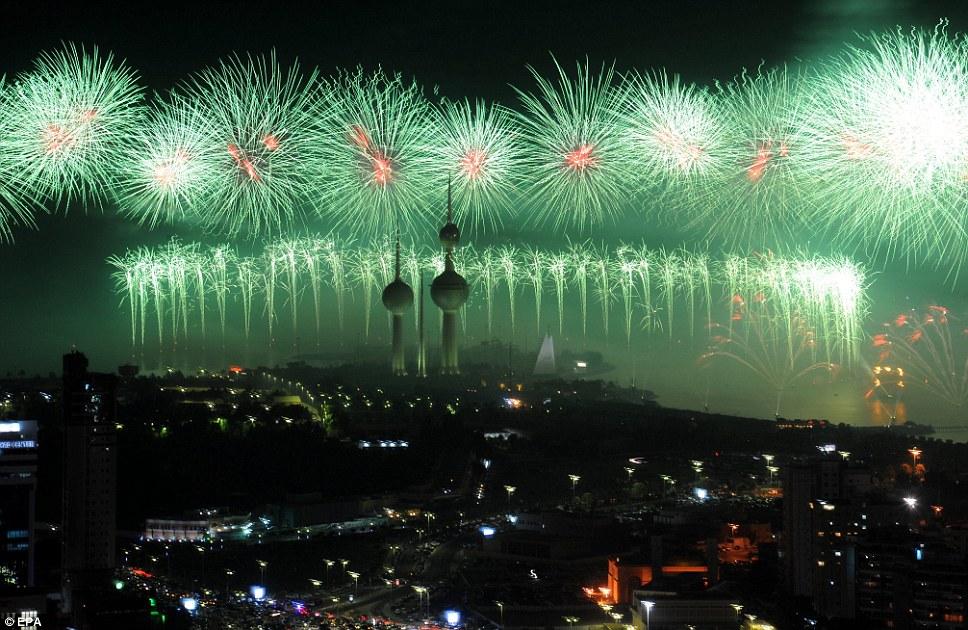 Kuwait celebra jubileu de ouro gastando 32 milh�es de reais s� em fogos 03