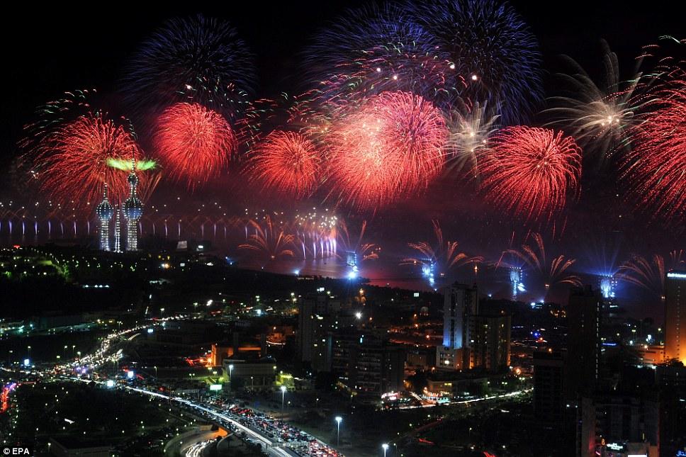 Kuwait celebra jubileu de ouro gastando 32 milh�es de reais s� em fogos 04