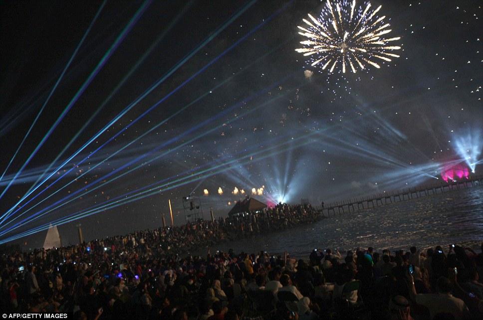 Kuwait celebra jubileu de ouro gastando 32 milh�es de reais s� em fogos 05