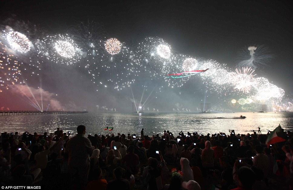 Kuwait celebra jubileu de ouro gastando 32 milh�es de reais s� em fogos 06