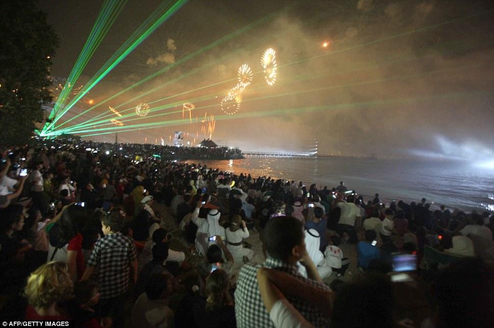 Kuwait celebra jubileu de ouro gastando 32 milh�es de reais s� em fogos 07