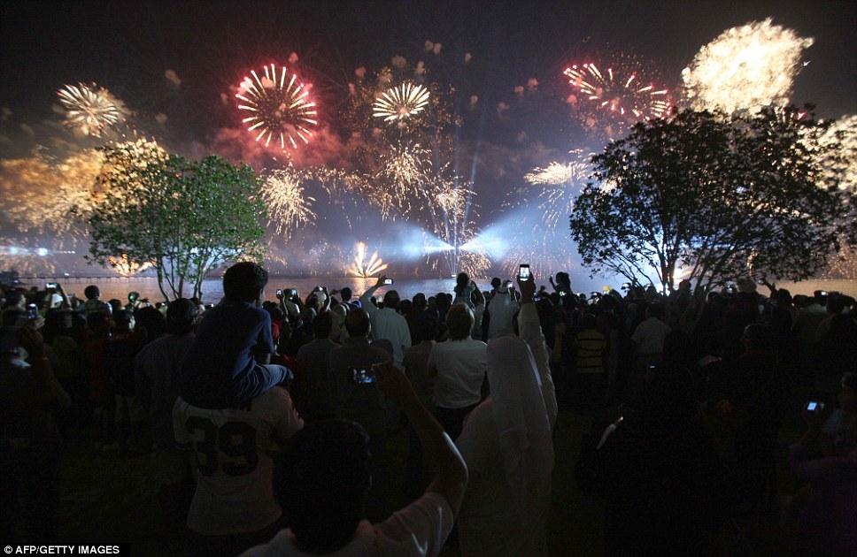 Kuwait celebra jubileu de ouro gastando 32 milh�es de reais s� em fogos 08