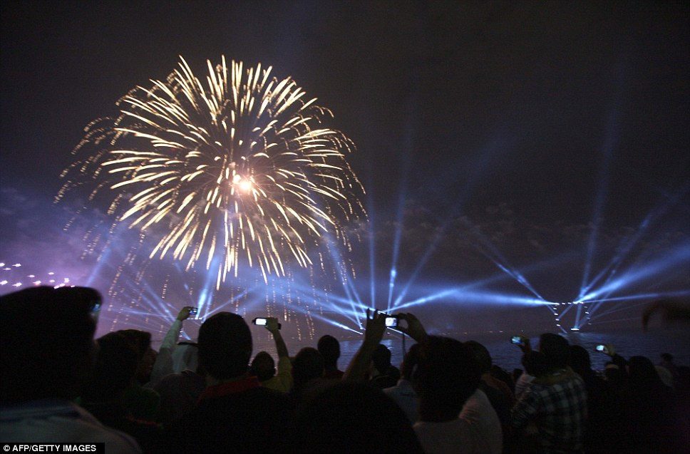 Kuwait celebra jubileu de ouro gastando 32 milh�es de reais s� em fogos 09