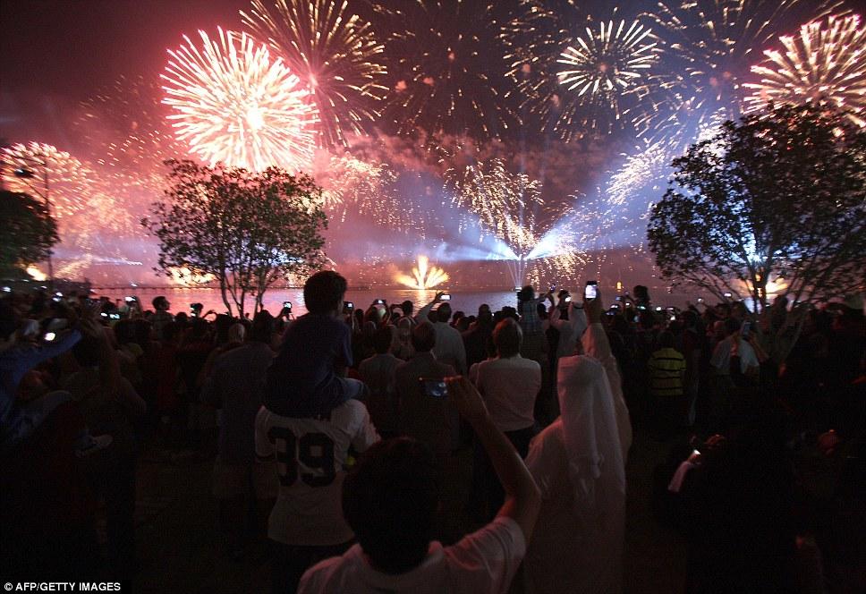 Kuwait celebra jubileu de ouro gastando 32 milh�es de reais s� em fogos 10