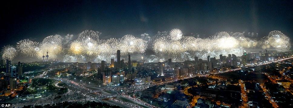 Kuwait celebra jubileu de ouro gastando 32 milh�es de reais s� em fogos 12