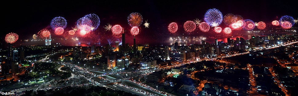 Kuwait celebra jubileu de ouro gastando 32 milh�es de reais s� em fogos 13