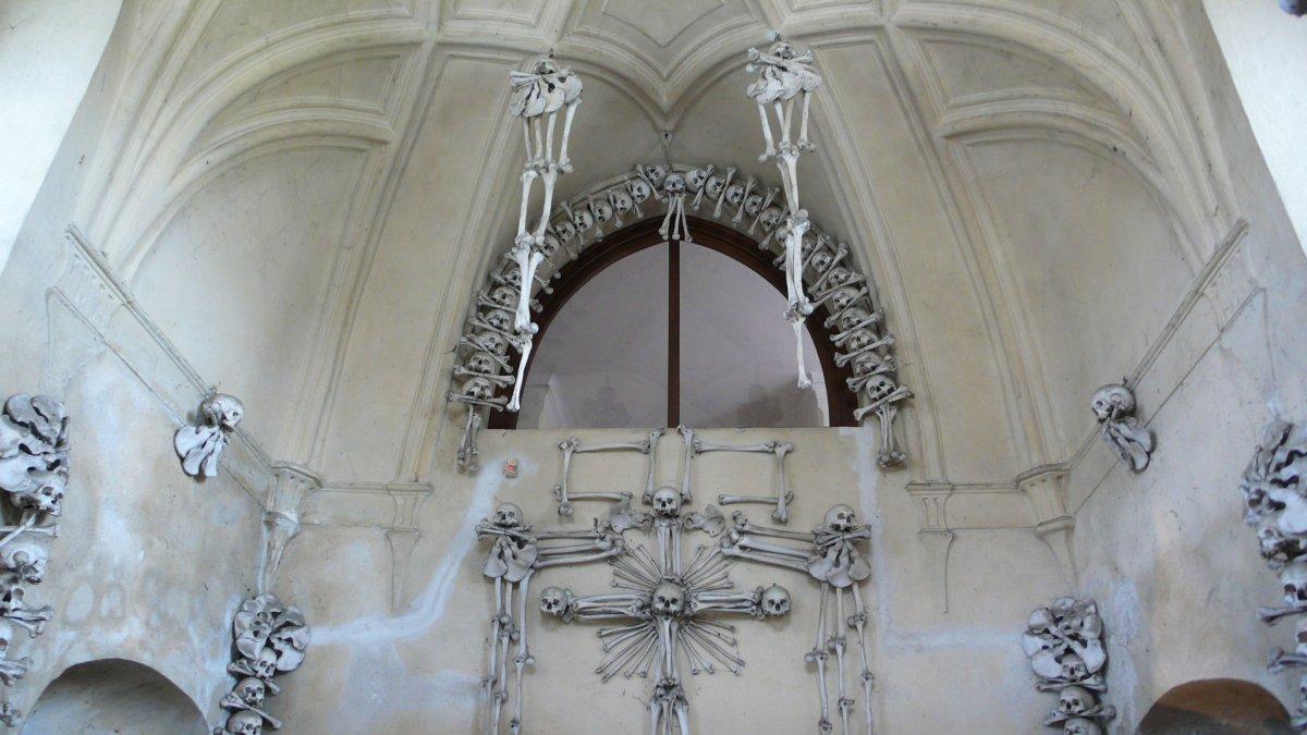Esta capela perturbadoramente bonita é adornada com milhares de esqueletos 02