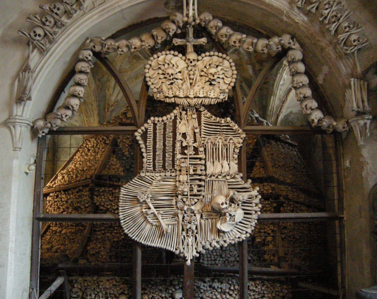 Esta capela perturbadoramente bonita é adornada com milhares de esqueletos 03