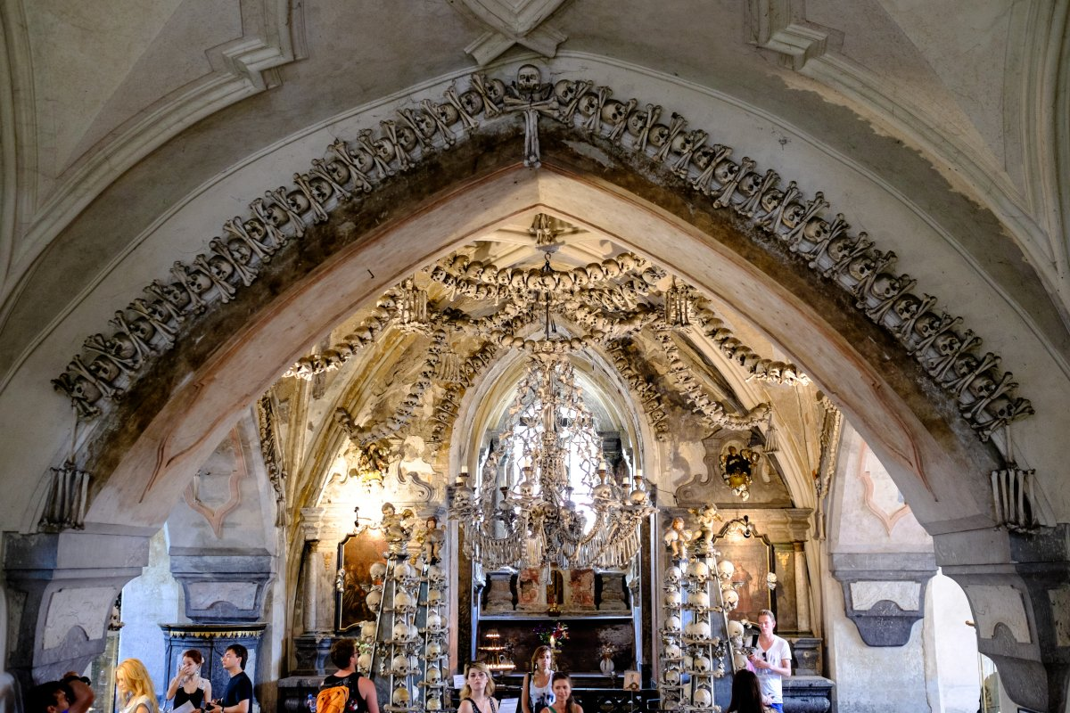 Esta capela perturbadoramente bonita é adornada com milhares de esqueletos 05