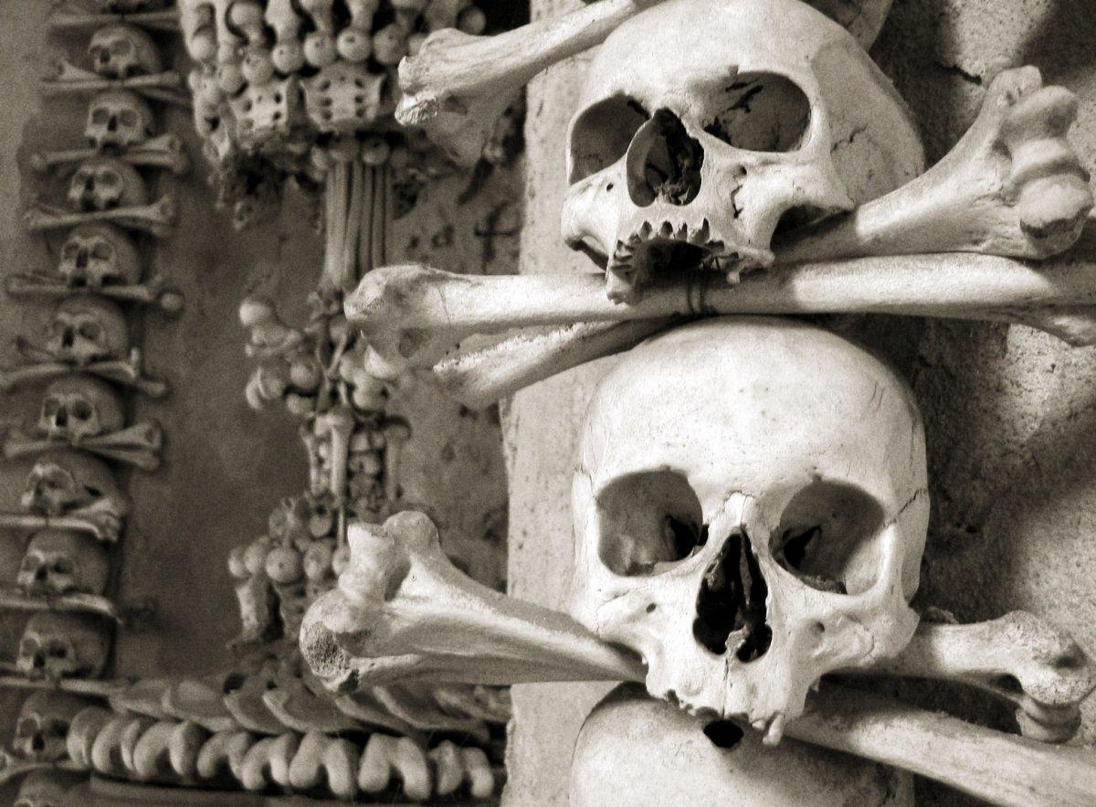 Esta capela perturbadoramente bonita é adornada com milhares de esqueletos 06
