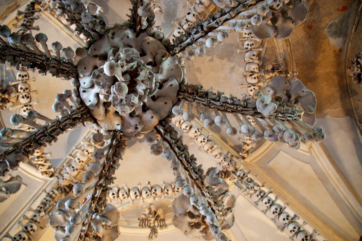 Esta capela perturbadoramente bonita é adornada com milhares de esqueletos 07