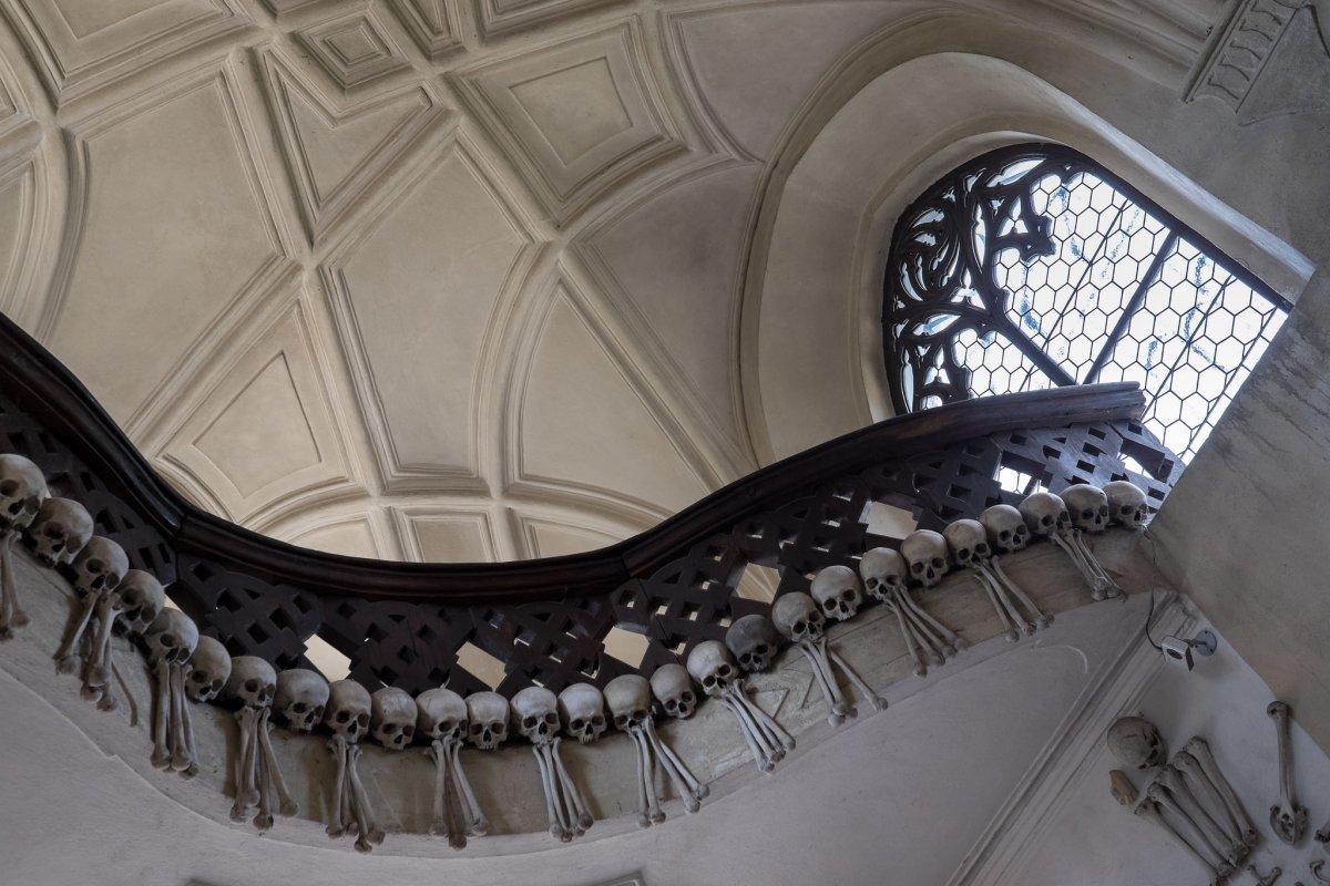 Esta capela perturbadoramente bonita é adornada com milhares de esqueletos 08