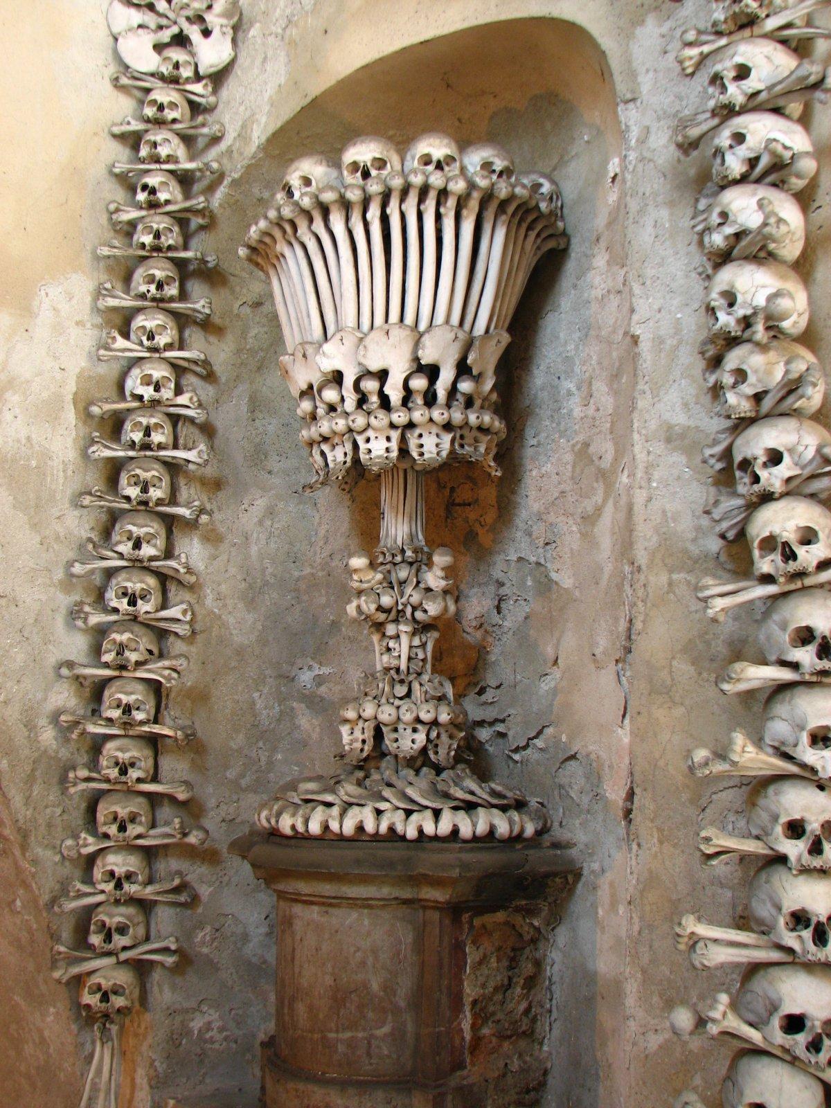 Esta capela perturbadoramente bonita é adornada com milhares de esqueletos 09