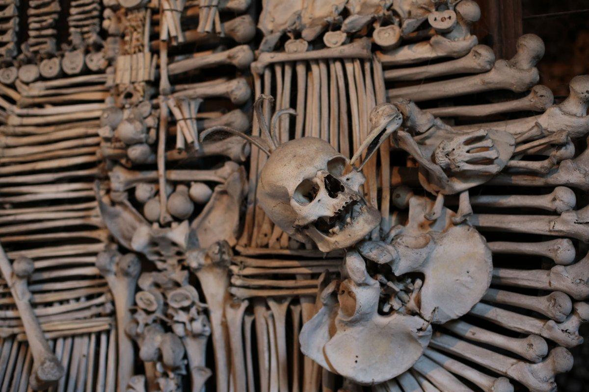 Esta capela perturbadoramente bonita é adornada com milhares de esqueletos 10