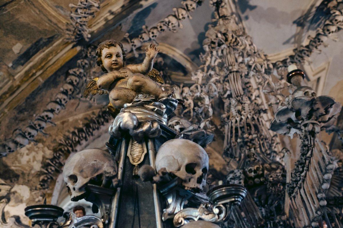 Esta capela perturbadoramente bonita é adornada com milhares de esqueletos 11