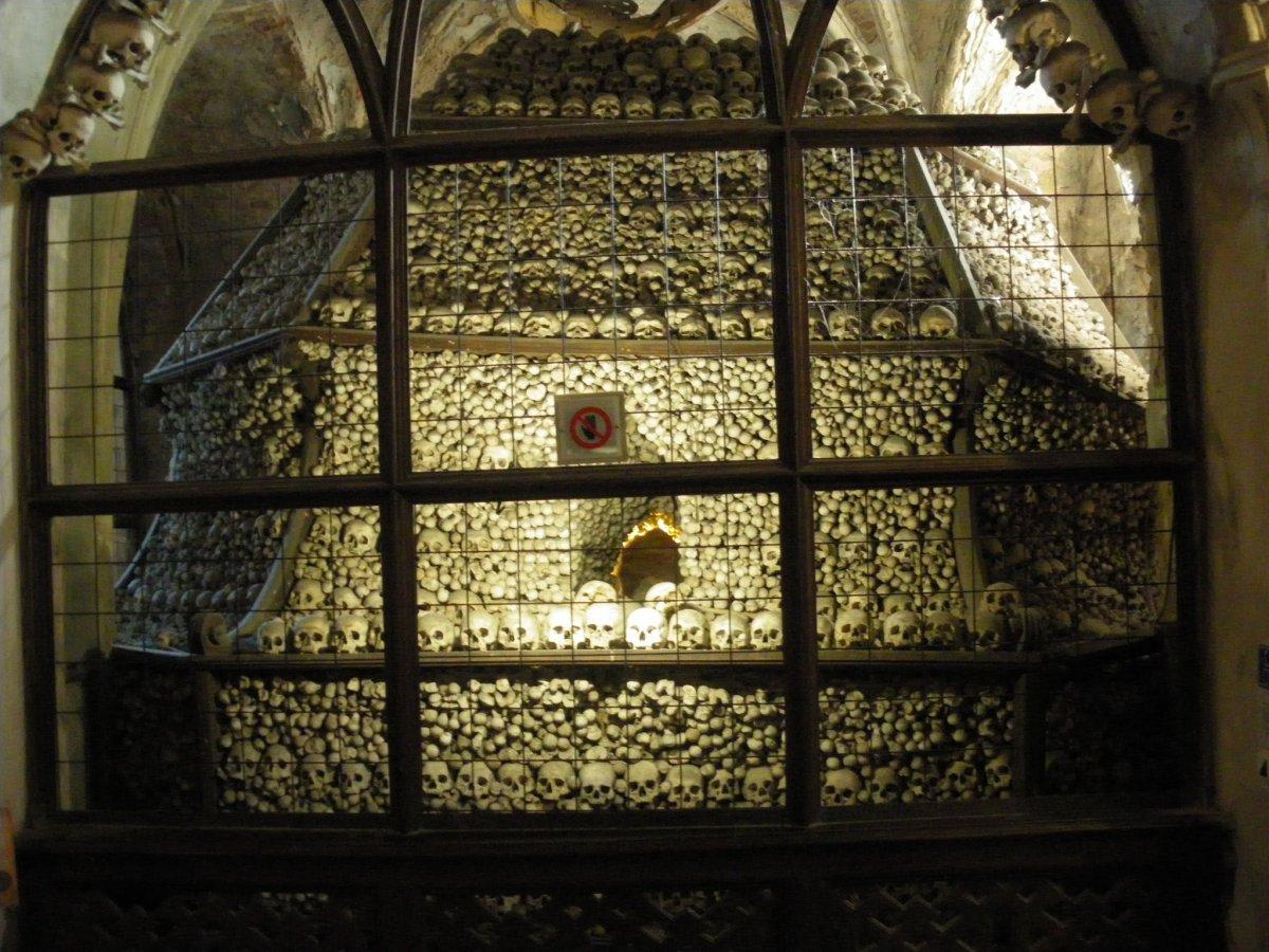 Esta capela perturbadoramente bonita é adornada com milhares de esqueletos 13