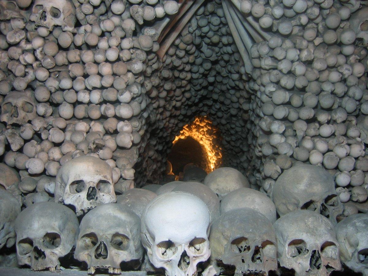 Esta capela perturbadoramente bonita é adornada com milhares de esqueletos 14