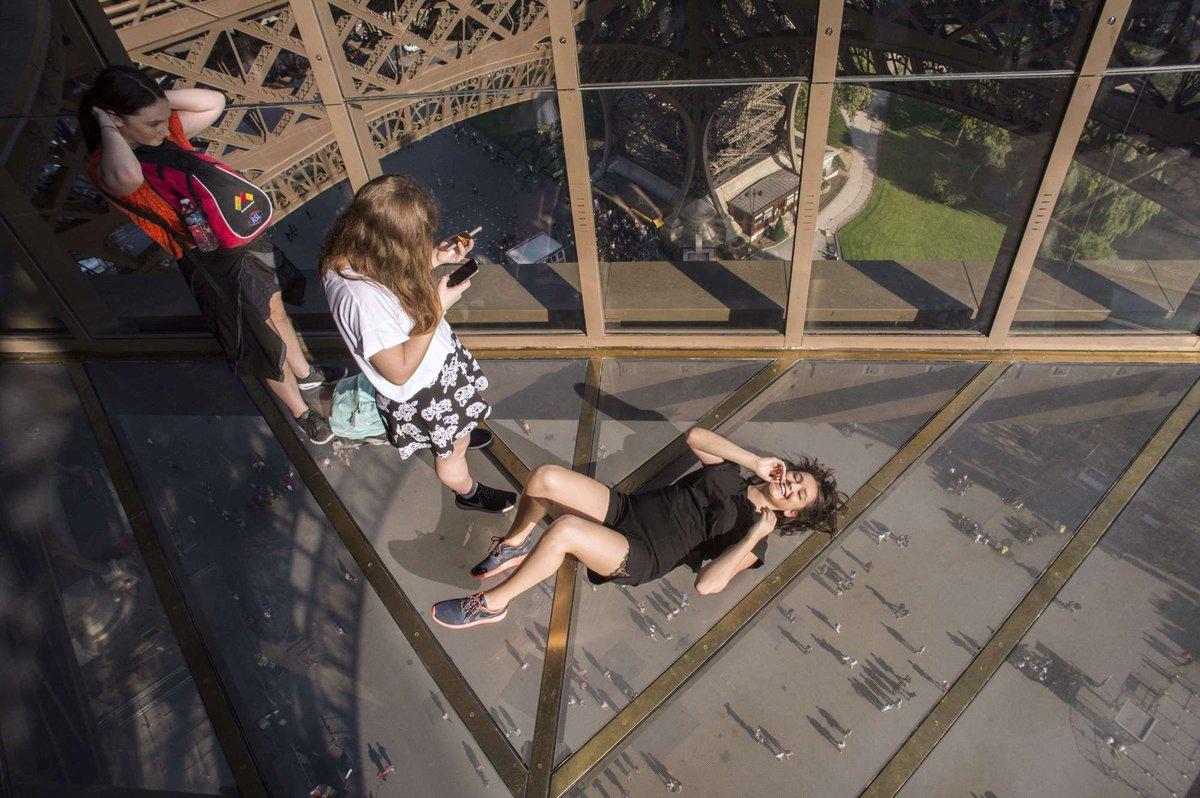 A torre Eiffel, de vidro: assim é o novo piso da célebre atração de Paris 01