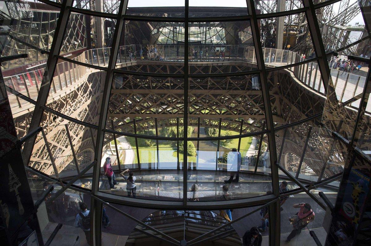 A torre Eiffel, de vidro: assim é o novo piso da célebre atração de Paris 12